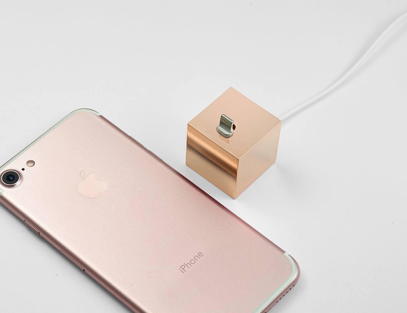 Q iPhoneDockStand 02