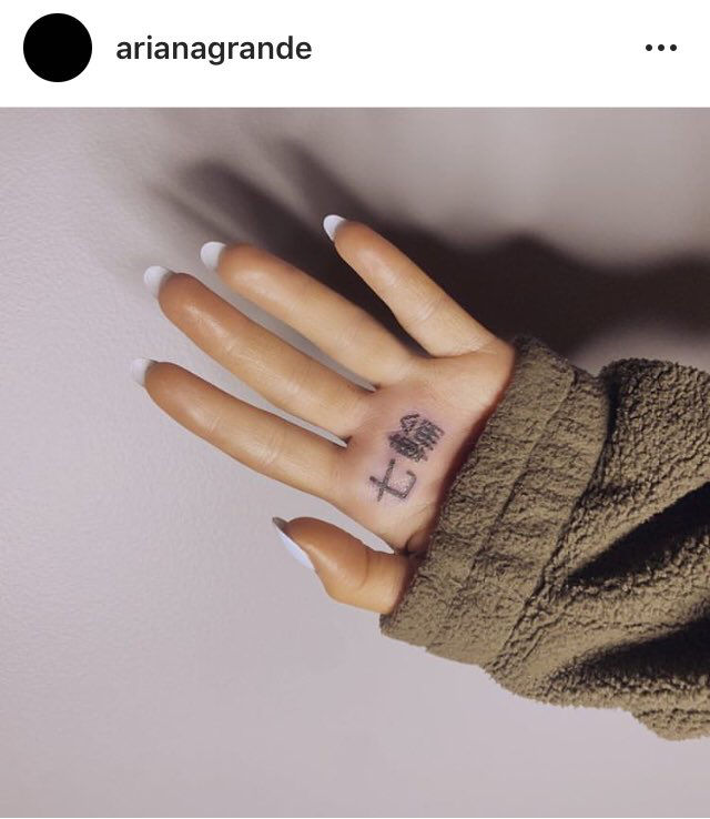 ArianaGrande 7ring Tatoo 01